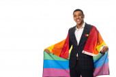 boldog afro-amerikai üzletember kezében lgbt zászló, miközben mosolyog a kamera elszigetelt fehér