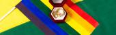 felső nézet lgbt zászló és ékszer doboz jegygyűrűk szivárvány színek háttér, banner