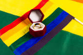 lgbt zászló és jegygyűrű ékszer doboz szivárvány színek háttér