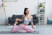 sportos nő meditál sellő pózol jóga matrac otthon