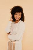 vonzó afro-amerikai nő beállítása haj elszigetelt bézs
