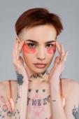 tetovált nő beállítása rózsaszín szemtapasz elszigetelt szürke