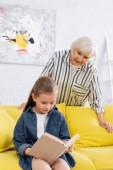 Gyerek könyv olvasás közelében elmosódott nagyi otthon