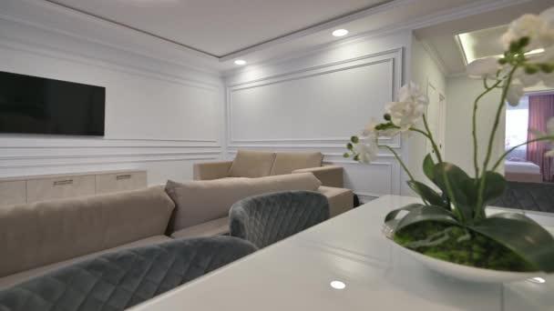 Luxusní studio apartmán s kuchyní a obývacím pokojem v moderním stylu