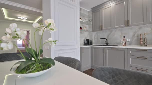 Szürke és fehér luxus konyha modern stílusban