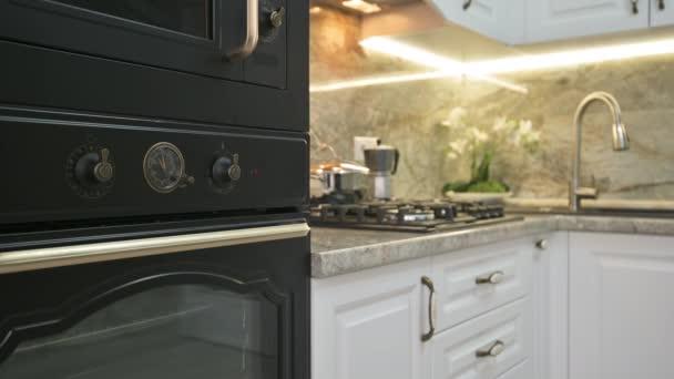 Közelkép a modern klasszikus fehér konyha belső, állvány fókusz váltás