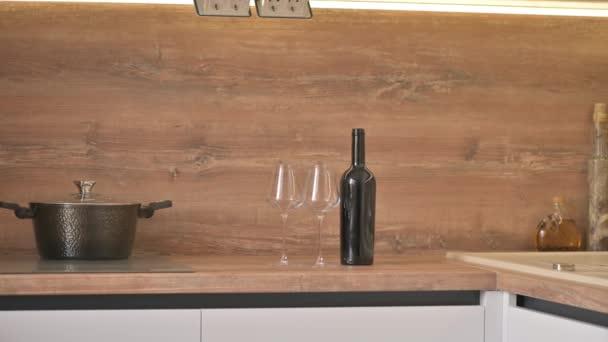 Detailní panorama moderní bílé a dřevěné béžové kuchyně interiér