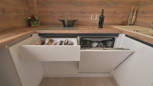 Szekrény dönthető modern fehér és fa bézs konyha belső