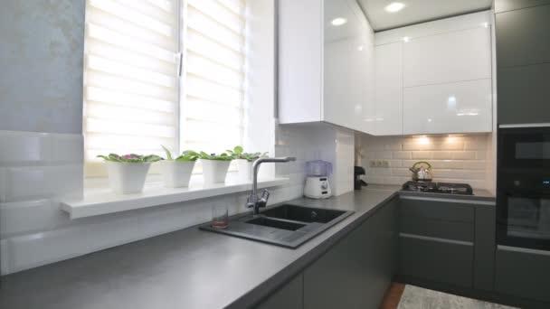 Detailní záběr na moderní klasický bílý a šedý interiér kuchyně