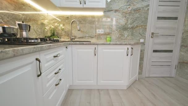 Detailní náklon kamery pohyb v moderní klasické bílé kuchyně interiér
