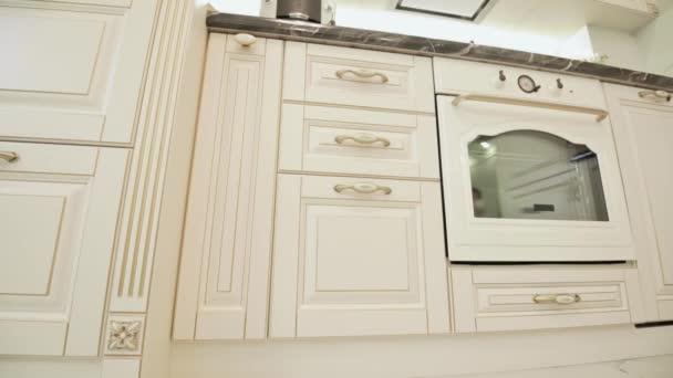 Moderní béžový moden klasický kuchyňský nábytek, nízkoúhlý záběr