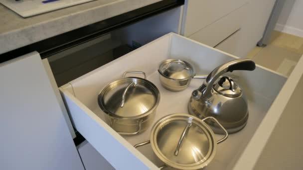 Otevřená zásuvka s kuchyňským nářadím v moderním klasickém kuchyňském nábytku
