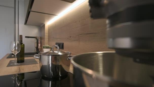 Detailní snímek na pracovní desce dřevěného kuchyňského nábytku