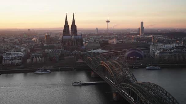 Zeitraffer von Tag zu Nacht, Skyline von Köln, Deutschland