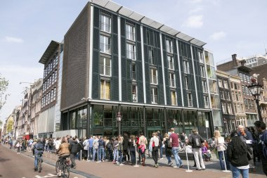 people waiting in line for anne frank house in amsterdam