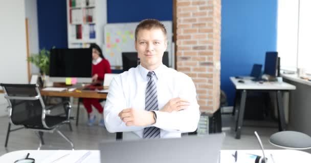Elegantní usmívající se podnikatel portrét na moderním kancelářském pozadí