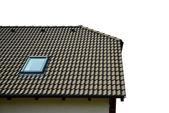 Střecha domu s taškovou střechou