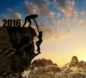 Silueta dívky šplhá do nového roku 2016