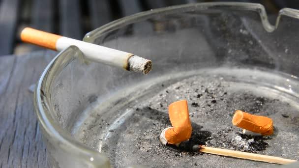 cigaretta a hamutartóban