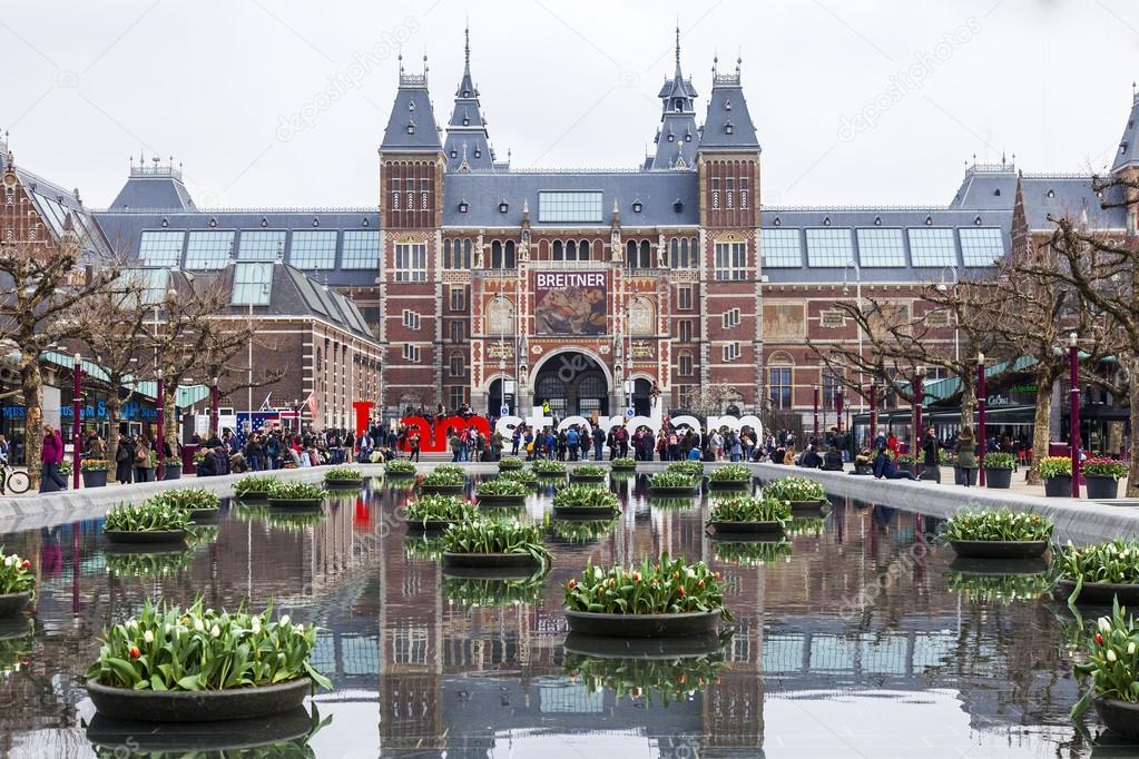 お城のような建物のアムステルダム