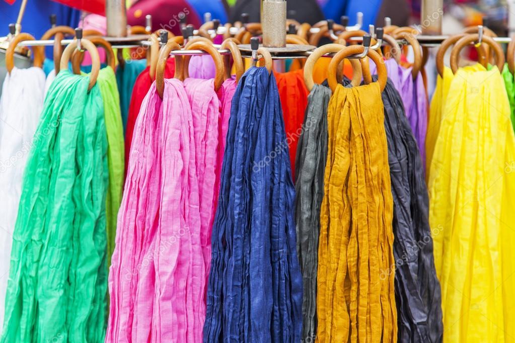 Tradiční francouzský šátky různých barev na show okno shop — Stock  fotografie 99076a88f8
