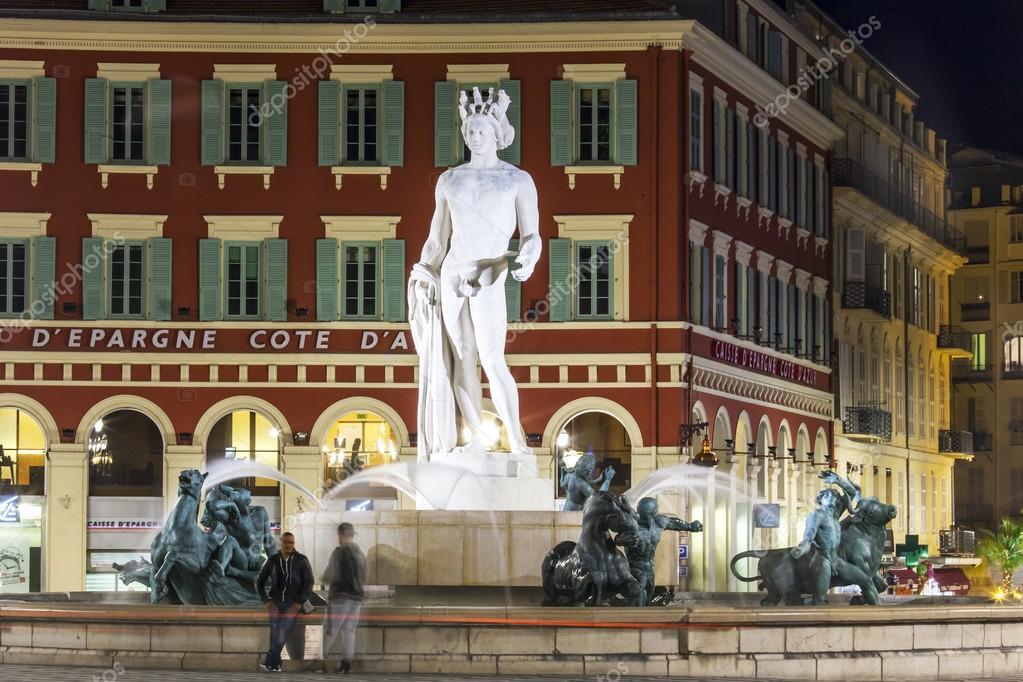 Nice, France, le 13 mars 2015. La fontaine sur la place Masséna ...