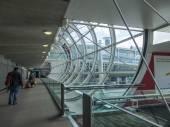 Paris, Franciaország - a május 5-én 2015-ig. a nemzetközi repülőtér charles de gaulle, utas megy a síkban mázas, a Galéria az érkezési csarnok.