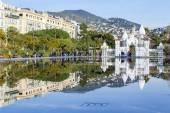 Nice, Francie, na 7 lednu 2016. Plochý fontána v parku Promenade du Paillon. Architektonický komplex budov v bulváru a její odraz ve vodě. Lidé chodí na promenádu