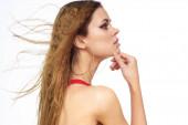 Csinos nő piros tank top hullámos haj vonzó megjelenés hotel életmód fény háttér