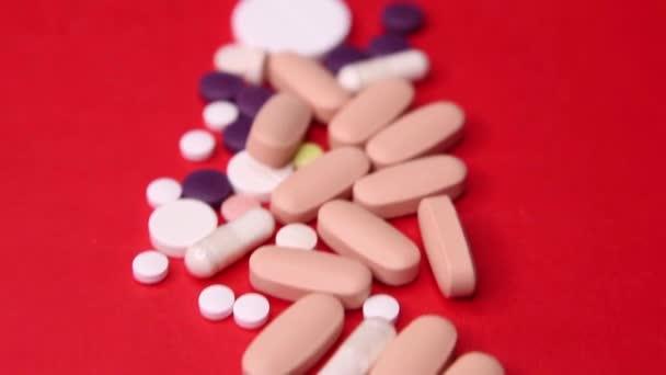 Různé pilulky makro na červeném pozadí. Horní pohled