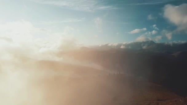 Wolkenlandschaft, Luftaufnahme. Wilde Landschaft emotionale Flucht