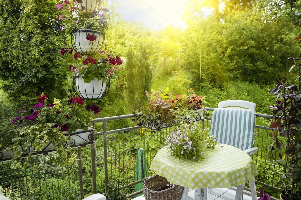 Terrazza o balcone con piccolo tavolo, sedia e fiori — Foto Stock ...