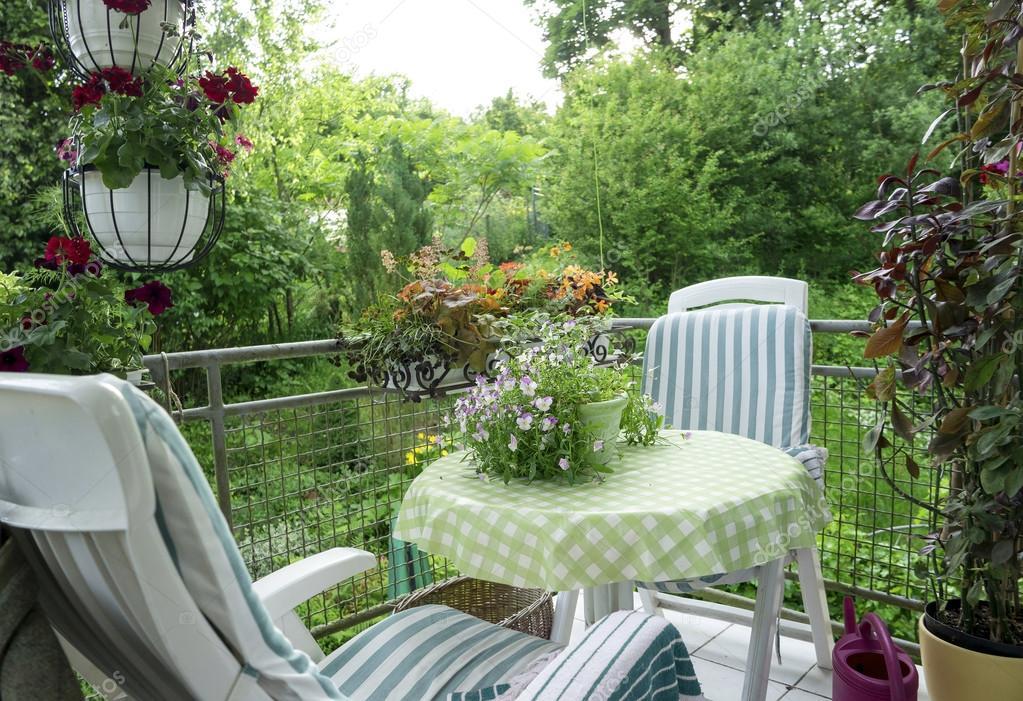 Sommer Terrasse Oder Balkon Mit Kleinen Tisch Stuhl Und Blumen