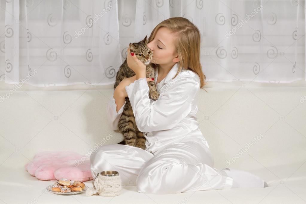 8822d2861a Mujer joven en pijama con un gato — Foto de stock © g215  61493991