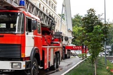 Birçok itfaiye aracı merdiven ve güvenlik ekipmanlarıyla kaza sonucu şehir merkezindeki yüksek katlı apartmanda ya da ofis binasında bulundu. Felakette acil yardım