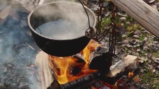 Egy fazék víz forrt a tűz és a láng felett..
