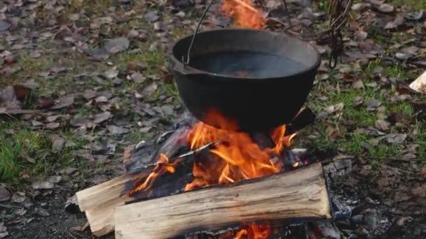 Fémedényben sütni a tűz felett..