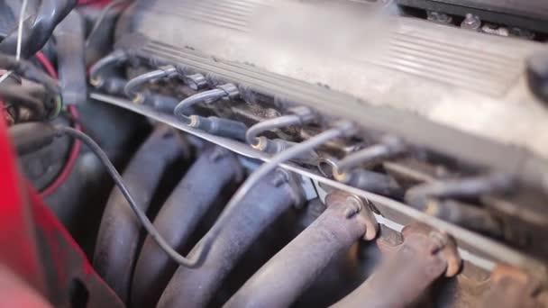 Közelkép a régi sport autó 6-hengeres motor