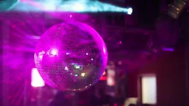Zrcadlová koule v nočním klubu