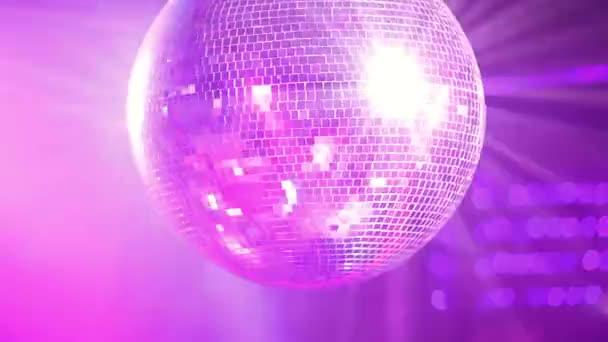 Közeli videó tükörlabdát gördülő éjszakai klubban