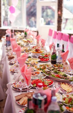 Served banquet table with alcholoh drinks
