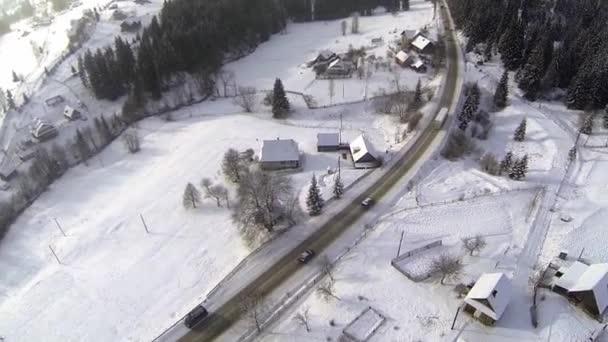 Letecký snímek zasněžené silnice na venkově Karpaty