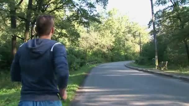 Mladý muž běhání za úsvitu
