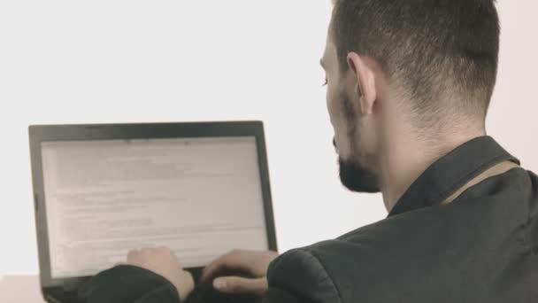 Üzleti ember számítógép-programozó, gépelés-on-a iskolapad és látszó-on fényképezőgép