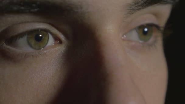 Detail mladík oči ve tmě