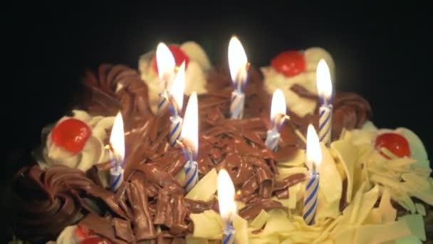 Elfújta a gyertyákat születésnapi spinning finom csokoládé torta