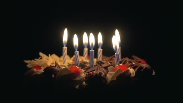 Foukání narozeninové svíčky na lahodný čokoládový dort