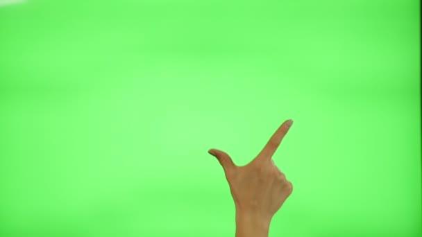 17 Touchscreen-Gesten - weibliche Hand auf grünem Bildschirm