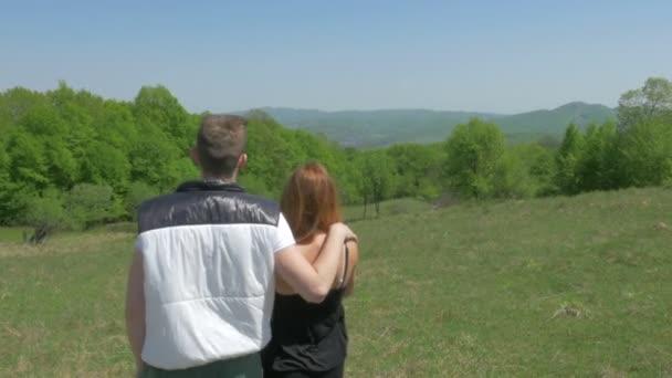 Nádherný dospívající pár užívat přírodu