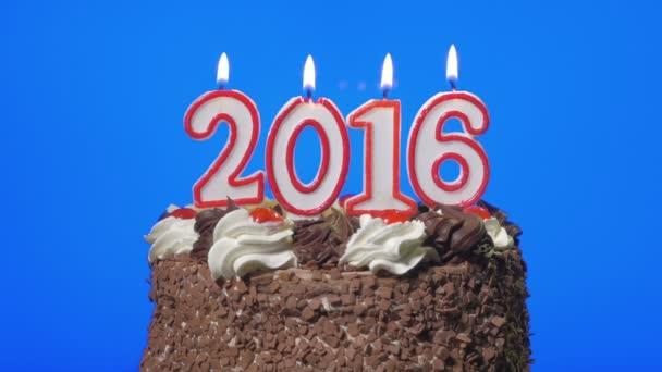 4k - fúj ki új év 2016 gyertyák egy finom csokoládé torta, kék képernyő